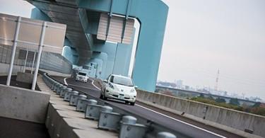 Nissan-LEAF-autonomous-drive-car-on-the-road thumb