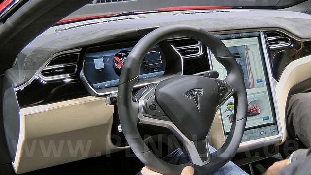 Tesla explains the causes of the first autonomous car accident